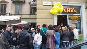 Gente fa la fila per comprare il gelataio