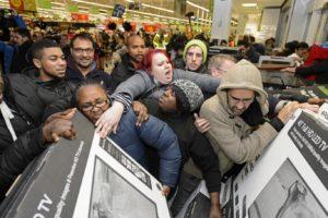 Persone che si azzuffano per comprare al supermercato