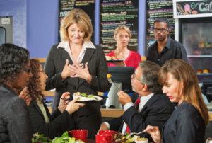 clienti ad un ristorante si lamentano con la titolare indicando il piatto