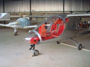 aeroplano ala alta in lamiera cromata e interni rossi